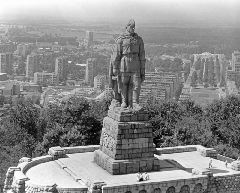 9 мая 1948 года в Пловдиве заложен символический камень монумента советским воинам-освободителям,