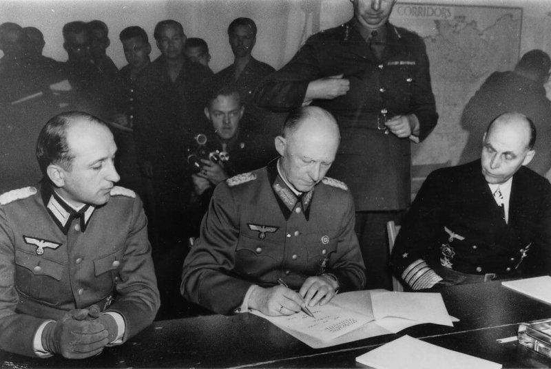 В. Кейтель подписывает капитуляцию в Карлсхорсте