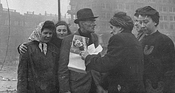 Май 1945. Жители Берлина рвут портреты Гитлера, Гиммлера и других главарей «рейха». Почтальон Марта Пфеферкорн уничтожает книгу Гитлера.