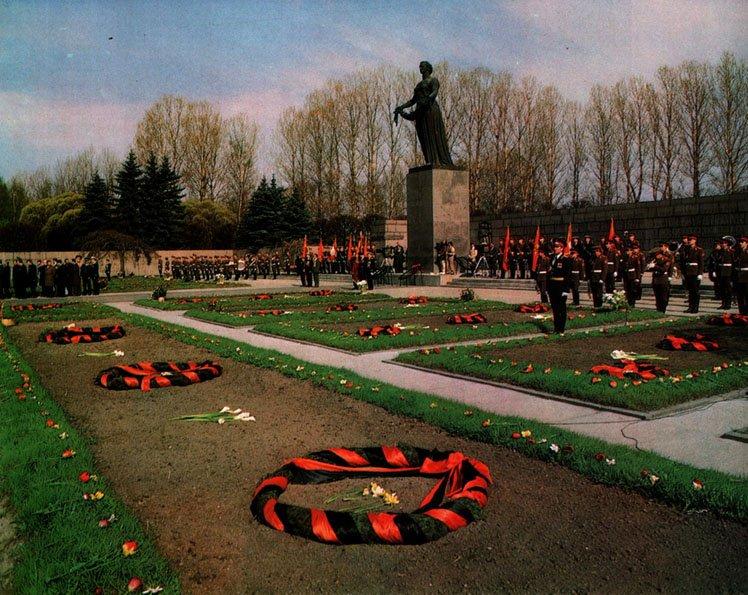 Торжественное открытие мемориала в память жертв блокады Ленинграда на Пискаревском мемориальном кладбище
