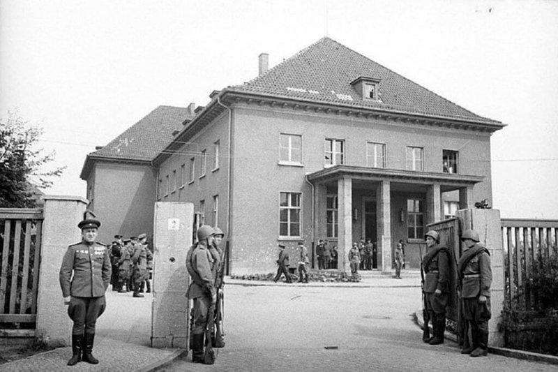Здание немецкого военно-инженерного училища в пригороде Берлина - Карлсхорсте, в котором проводилась церемония подписание Акта о безоговорочной капитуляции Германии
