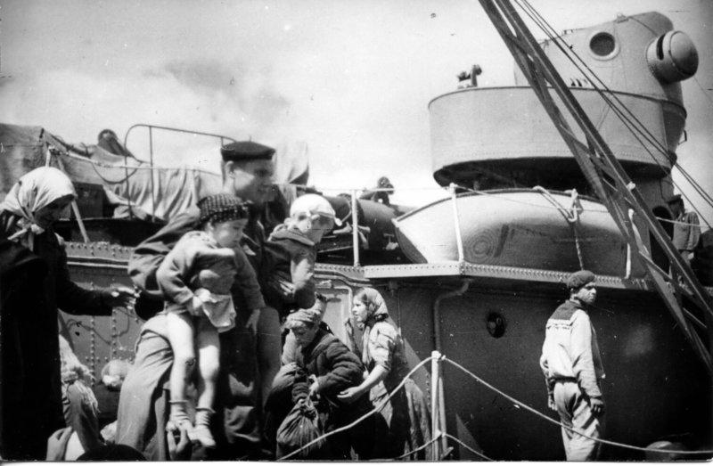 10 июня 1942 года в Севастополе шла эвакуация женщин и детей.