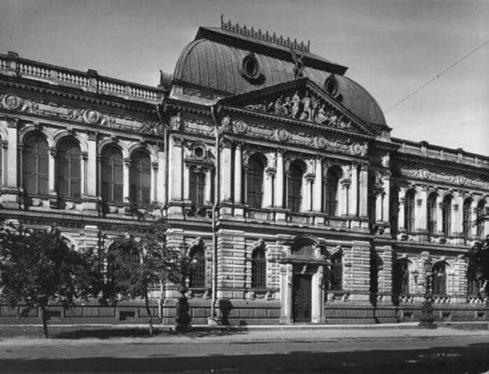 1878 - По инициативен на средства предпринимателя барона А.Л. Штиглица при Центральном училище технического рисования был основан первый в Санкт-Петербурге музей декоративно-прикладного искусства.