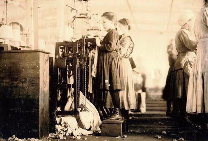 1885 - Российский император Александр III утвердил закон о запрещении ночной работы подростков и женщин.
