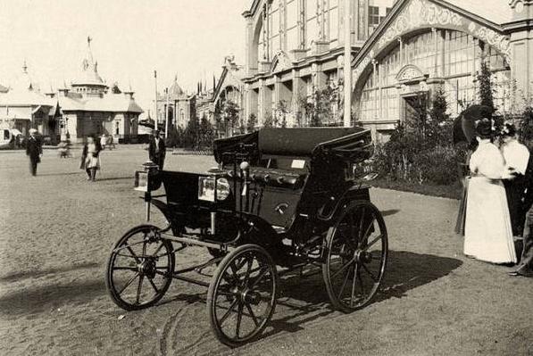 1896 - На Всероссийской промышленно-художественной выставке в Нижнем Новгороде публике представляется первый российский автомобиль