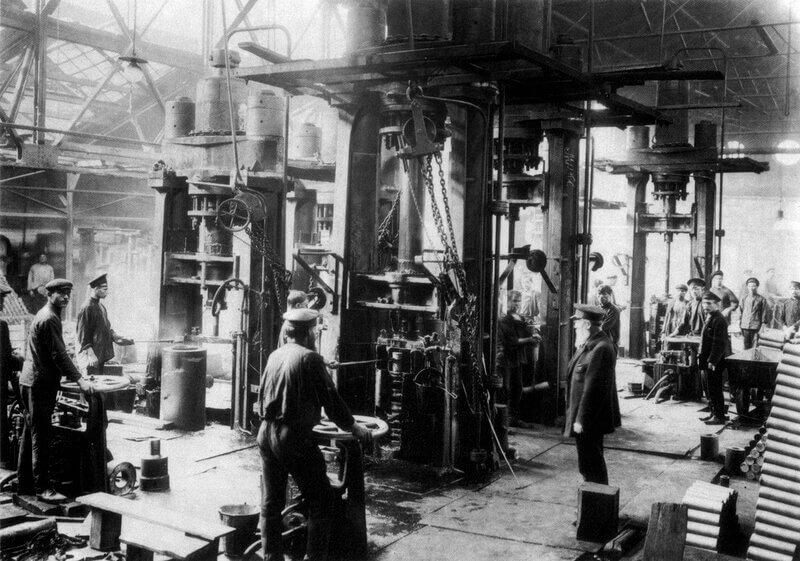1897 - Николай II издал закон, запрещающий труд на фабриках, заводах и других предприятиях в воскресенье и праздничные дни.