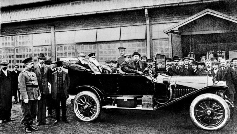1909 - Из ворот основанного в 1874 году рижского Русско-Балтийского вагонного завода, тогда одного из крупнейших в Европе, выкатился первый серийный автомобиль российского производства.