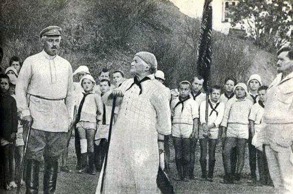 Одна из основателей Компартии Германии, активистка борьбы за права женщин Клара Цеткин в гостях у пионеров лагеря