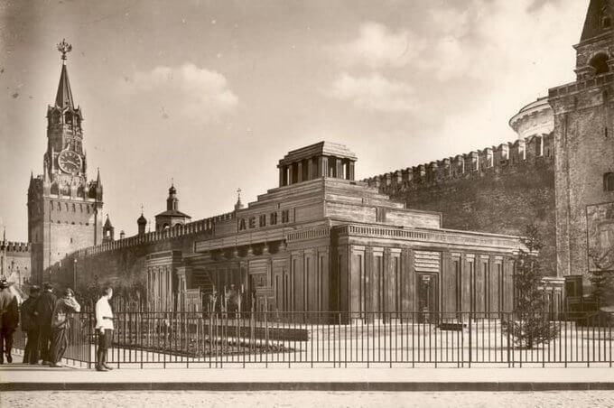 1 августа 1924 года в Москве на Красной площади открыт для посещения первый, деревянный мавзолей Ленина.