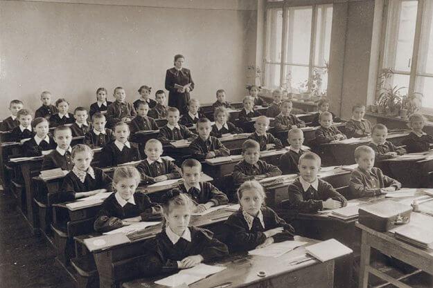 18 июля 1954 года Совет министров СССР постановил ввести в школах совместное обучение мальчиков и девочек. Мужские и женские школы объединили.