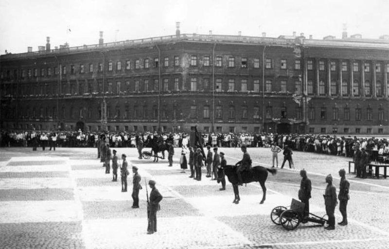 1924 - На площади Урицкого (Дворцовая) в присутствии восьми тысяч зрителей разыграна партия