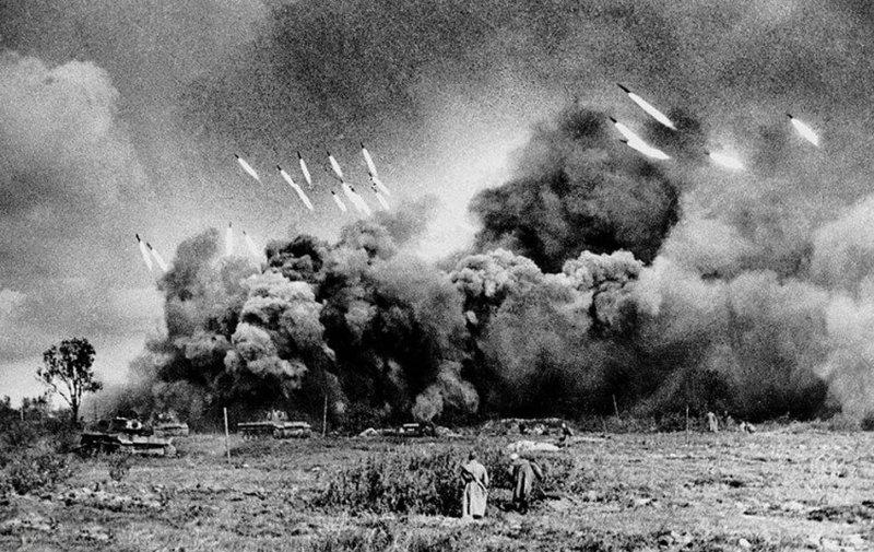 1941 - Впервые на ленинградском участке фронта (на кингисепском) сделала первый залп батарея реактивных минометов.