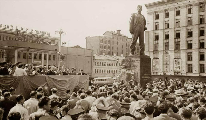 1958 - На площади Маяковского в Москве (сегодня это Триумфальная площадь) был открыт памятник Владимиру Маяковскому