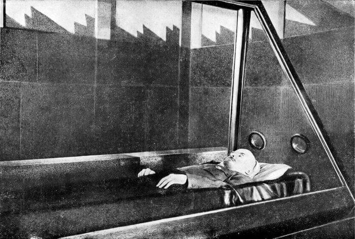 1960 - Житель г. Фрунзе К.Н. Минибаев вспрыгнул на барьер и ударом ноги разбил стекло саркофага. Осколки повредили кожу забальзамированного тела В.И
