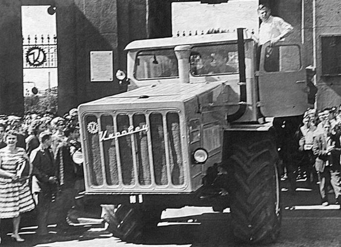 1962 - В половине шестого утра из сборочного цеха Кировского завода в Ленинграде вышел первый трактор