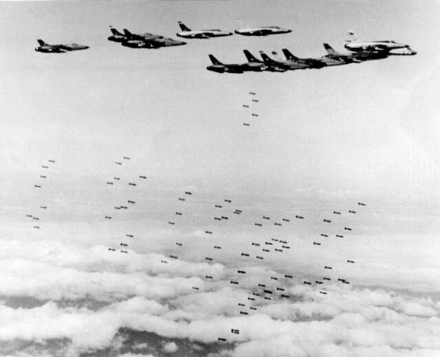 1964 - Американская авиация начала бомбить Вьетнам