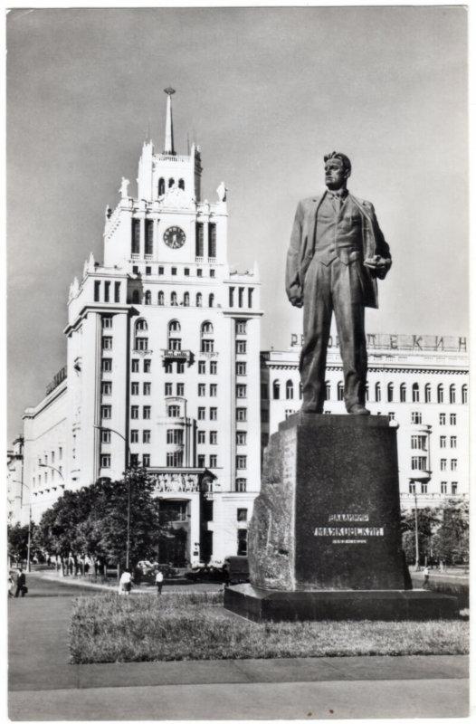 29 июля 1958 года в Москве открыли памятник трибуну революции великому поэту Владимиру Владимировичу Маяковскому