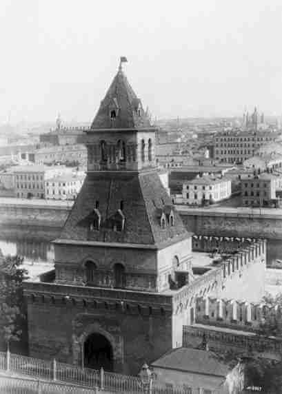 Была заложена первая башня Московского Кремля