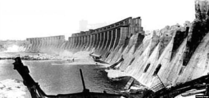 18 августа 1941 года по приказу советского командования взорвана плотина ДнепроГЭСа.