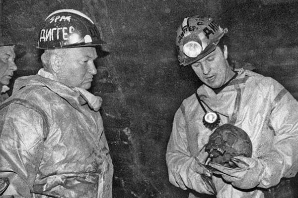 1994 - Мэр Москвы Юрий Лужков совершил путешествие по подземному коллектору реки Неглинки от Театральной до Трубной площади.