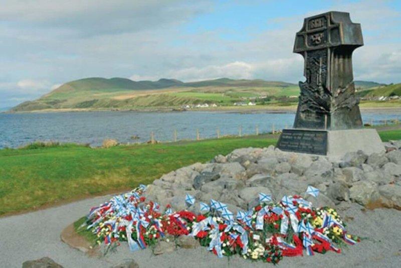 8 сентября 2007 года на берегу Ирландского моря, в шотландском поселке Лендалфут, возле места гибели крейсера Варяг, открыт памятник.