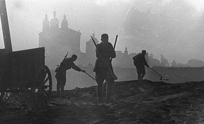 Саперы занимаются разминированием набережной Днепра 25 сентября 1943 года