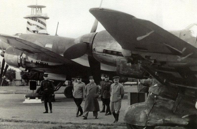 16 сентября 1943 года Верховный главнокомандующий Иосиф Виссарионович Сталин осматривает выставку трофейной техники