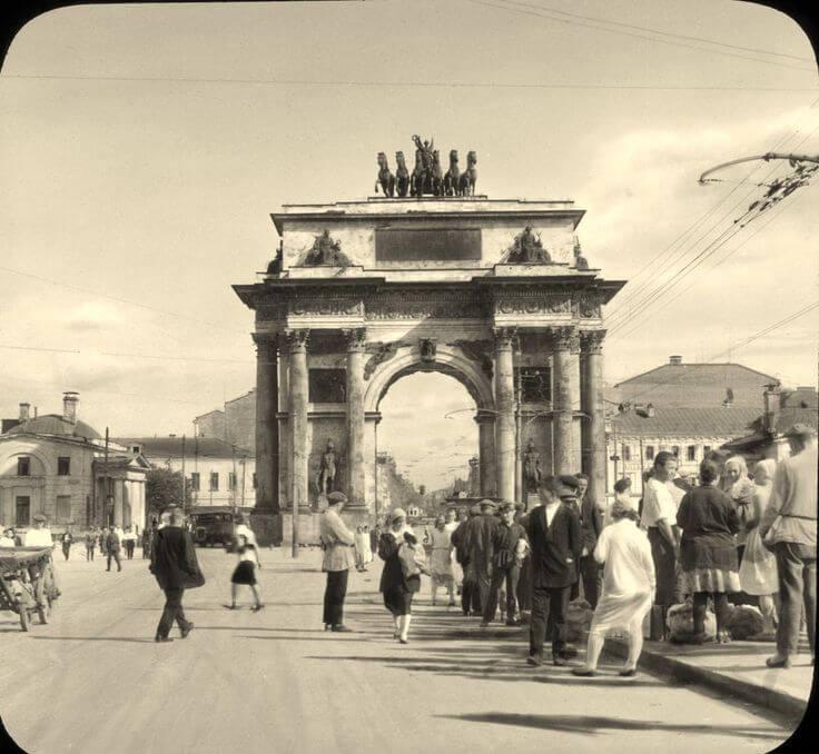 1834 - В Москве, у Тверской заставы, на месте деревянных Триумфальных ворот, сооруженных в 1814 году для встречи русской армии из Парижа, открыли каменную арку, закладка которой состоялась в 1829 году