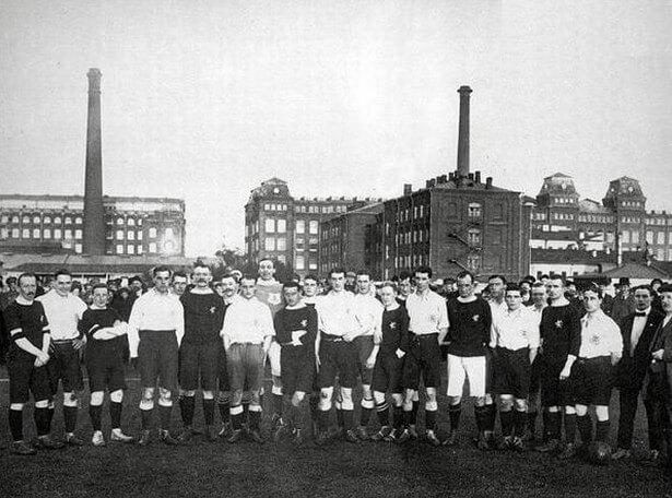 1901 - Начался первый в России чемпионат по футболу.