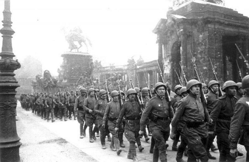 1945 - По предложению советского руководства союзникам - американцам, англичанам и французам было решено провести парад войск в честь победы над фашистской Германией в самом Берлине