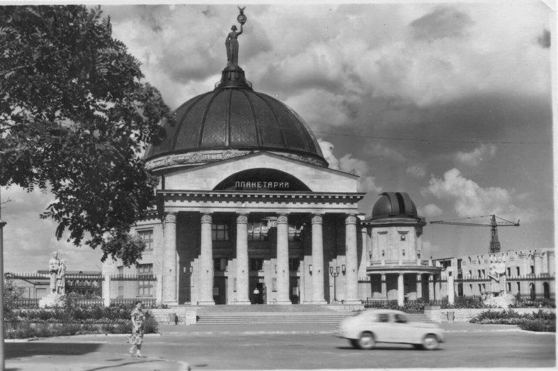 1954 - В Сталинграде (ныне Волгоград) был открыт планетарий