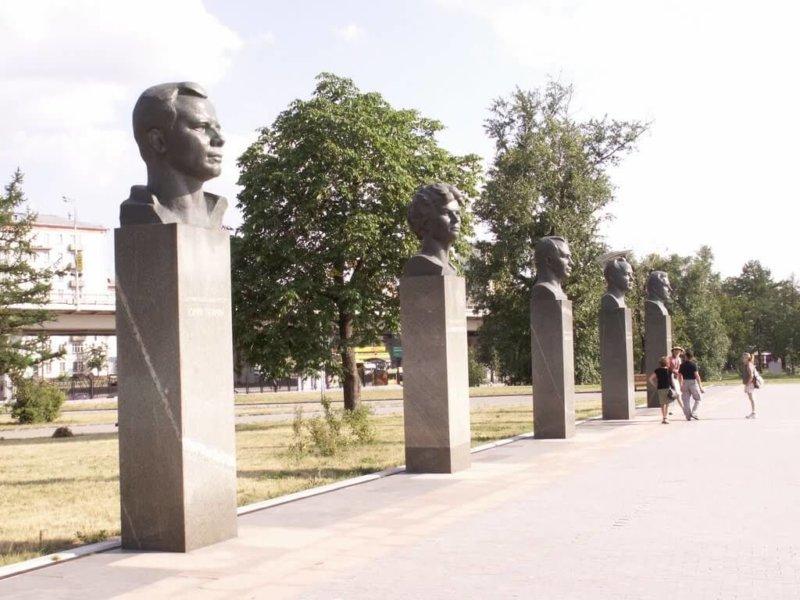 1967 - В Москве в честь 10-летия запуска первого искусственного спутника Земли близ устремившейся ввысь серебристой ракеты с титановым шлейфом (монумент Космос) открыта Аллея героев космоса