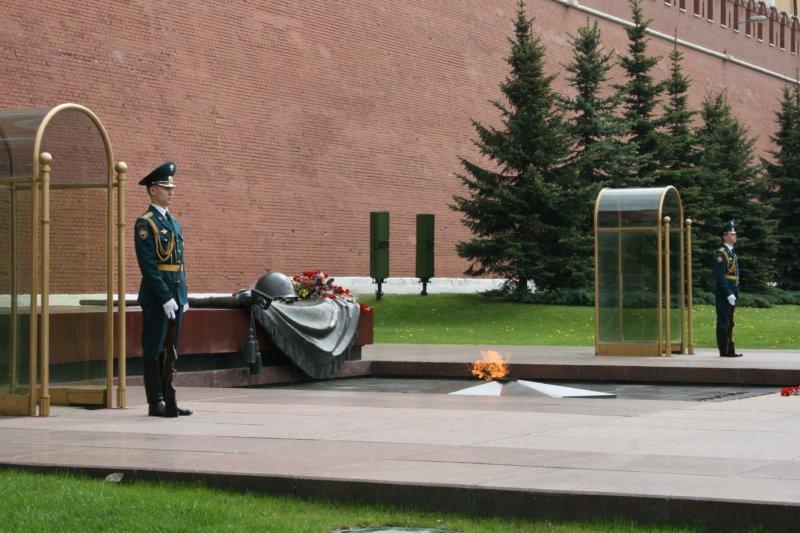 1993 - Пост № 1, пост Почетного караула (двое часовых), в России перенесён от Мавзолея Ленина к могиле Неизвестного солдата в Александровском саду рядом с Кремлем