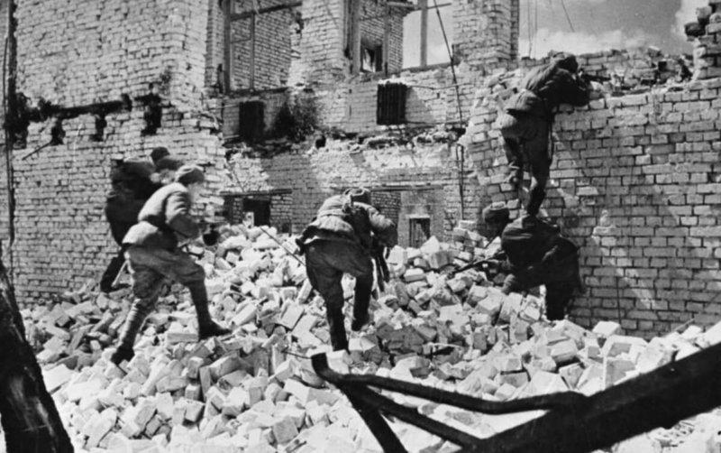 24 сентября 1942 года в Сталинграде активно действуют штурмовые группы бойцов Красной Армии, вооруженных автоматами и гранатами