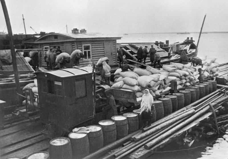 Доставка продовольствия по Ладожскому озеру на барже в осаждённый Ленинград, сентябрь 1942