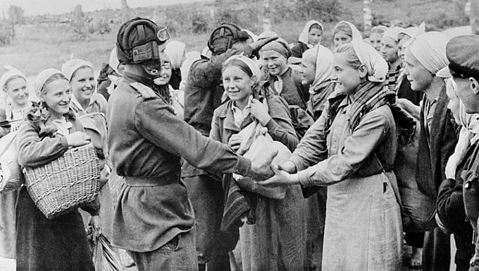 Освобожденные советские девушки, которых немцы собирались угнать в Германию, с нашими танкистами 16 сентября 1943 года