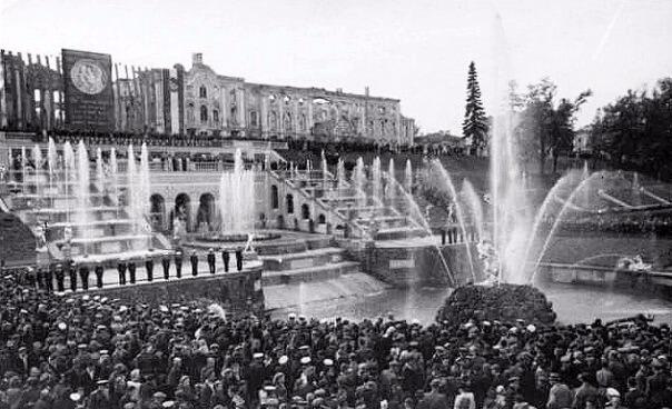Открыт воссозданный фонтан Самсон