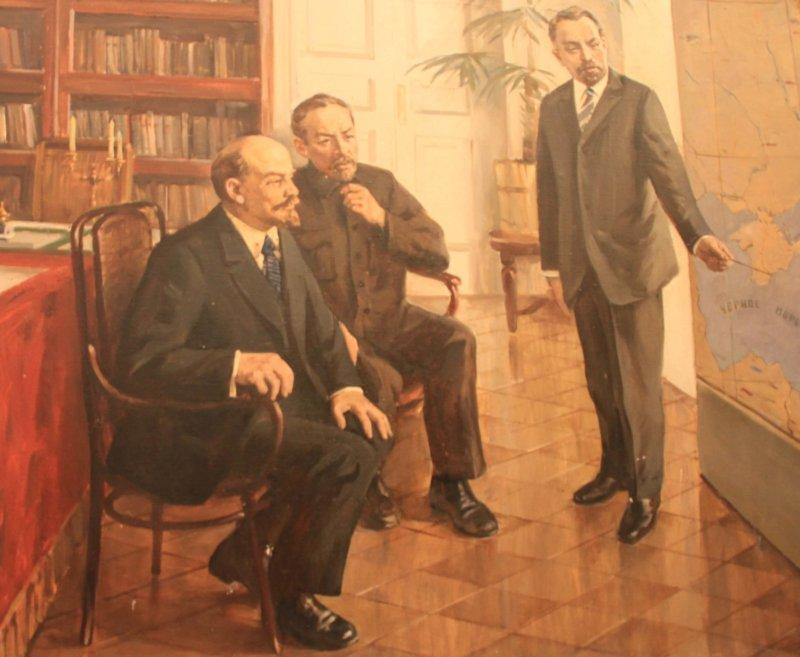 Владимир Ильич Ленин в присутствии Дмитрия Ильича Ульянова слушает доклад Николая Александровича Семашко