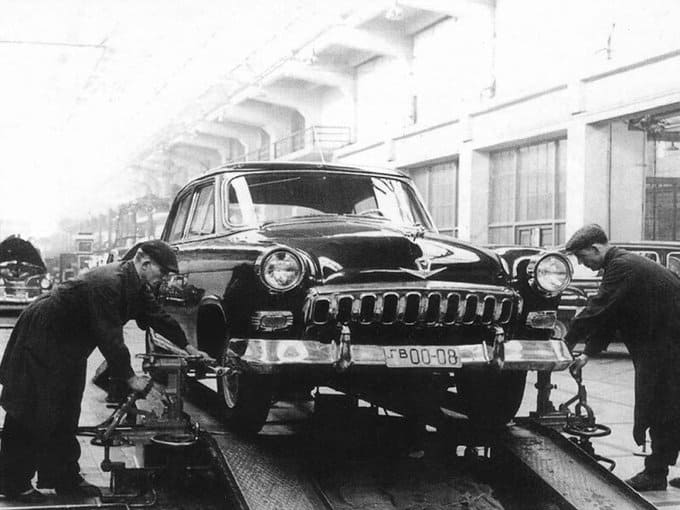 10 октября 1956 года из заводских ворот выехали первые три автомобиля модели ГАЗ-21