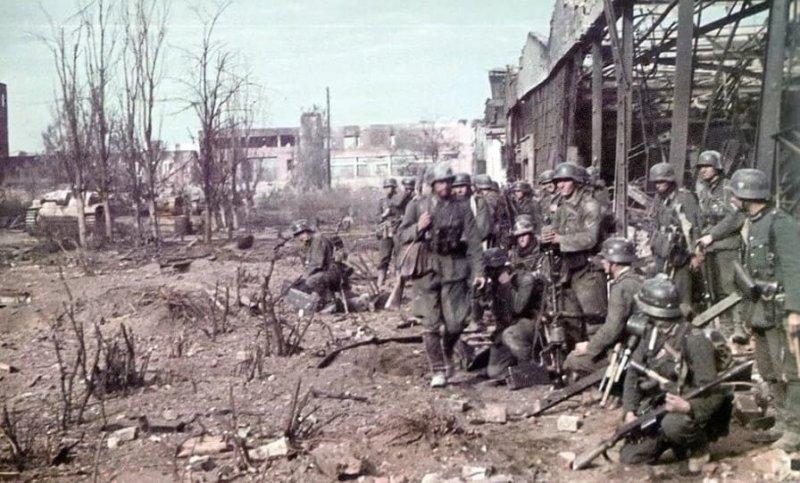 8 октября 1942 года пытаясь овладеть Сталинградским тракторным заводом, немцы ценой больших потерь продвинулись за 4 дня на 300-400 м и встали