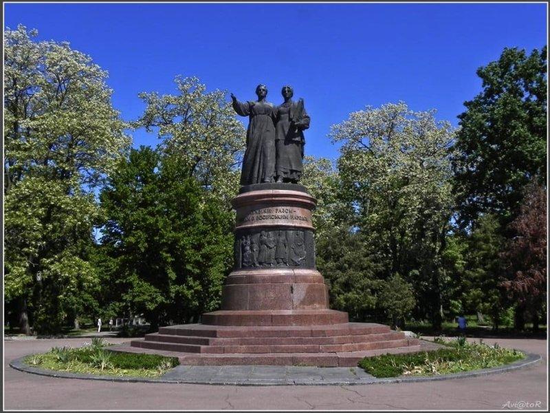 8 октября 1961 года в Переяславле-Хмельницком открыт памятник в честь 300-летия воссоединения Украины с Россией