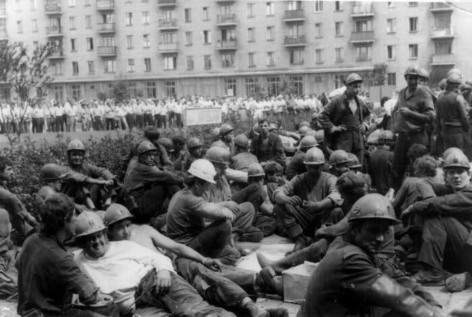 9 октября 1989 года в СССР после массовых забастовок шахтёров было признано право работников на забастовку. На фото бастующие шахтеры Донецка
